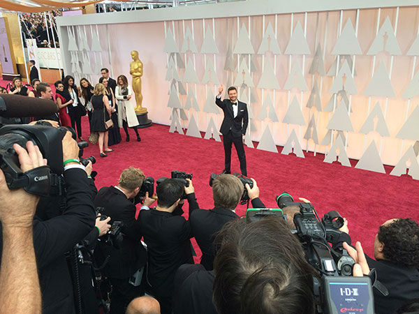 "<div class=""meta image-caption""><div class=""origin-logo origin-image none""><span>none</span></div><span class=""caption-text"">Ryan Seacrest arrives on the red carpet for the 2015 Oscars. (Photo/ABC Owned Television Stations)</span></div>"