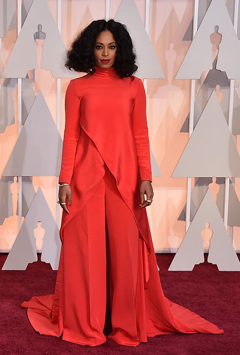 "<div class=""meta image-caption""><div class=""origin-logo origin-image none""><span>none</span></div><span class=""caption-text"">Solange Knowles arrives.</span></div>"