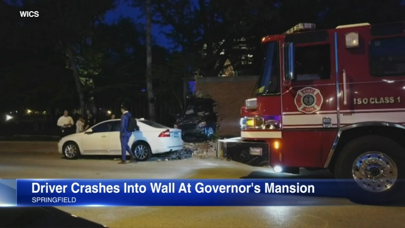 Car Crashes Into Wall Outside Illinois Governor S Mansion
