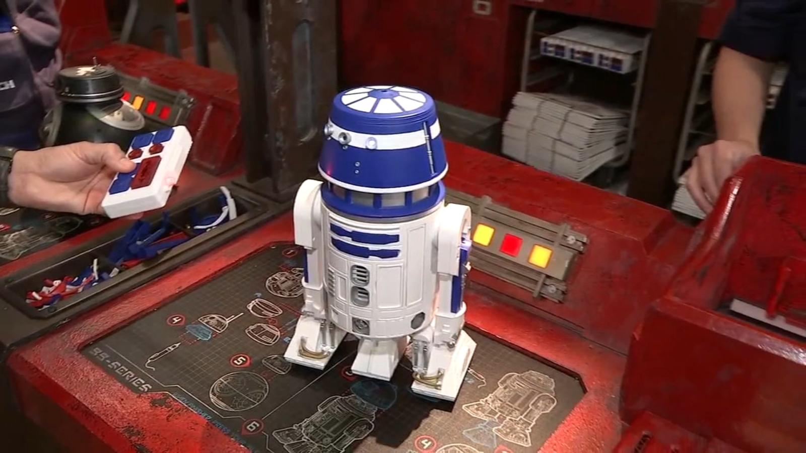 Star Wars Galaxy S Edge Offering Custom Merchandise From Lightsabers To Droids Abc7 New York