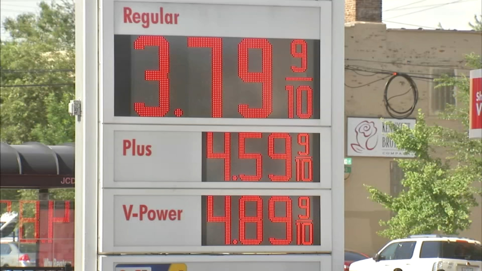 Illinois gas tax doubles; New texting and driving, minimum wage laws go into effect Monday