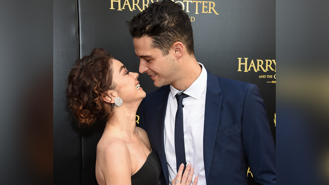 'Modern Family' star Sarah Hyland, 'Bachelor in Paradise' bartender Wells Adams engaged