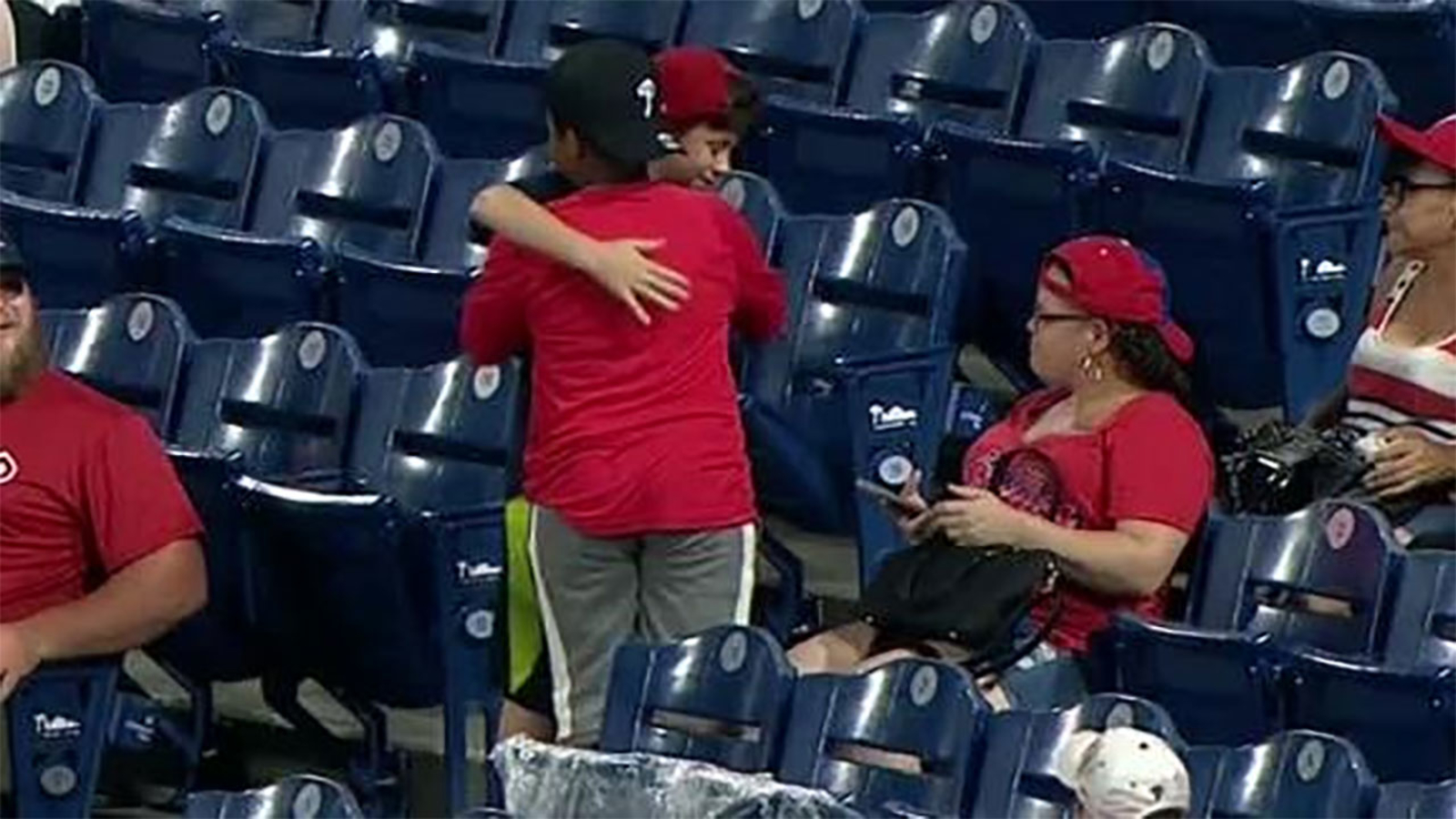 Dodgers throw 2-hitter, beat Phillies in game highlighted by young fan's act of brotherly love