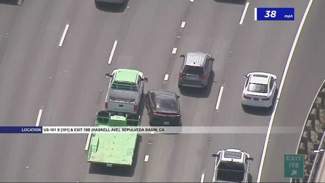 Pedestrian hurt as Oakland police chase ends in car crash near I-580
