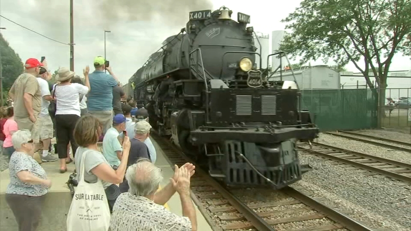 World's largest steam locomotive draws large crowds in Chicago area