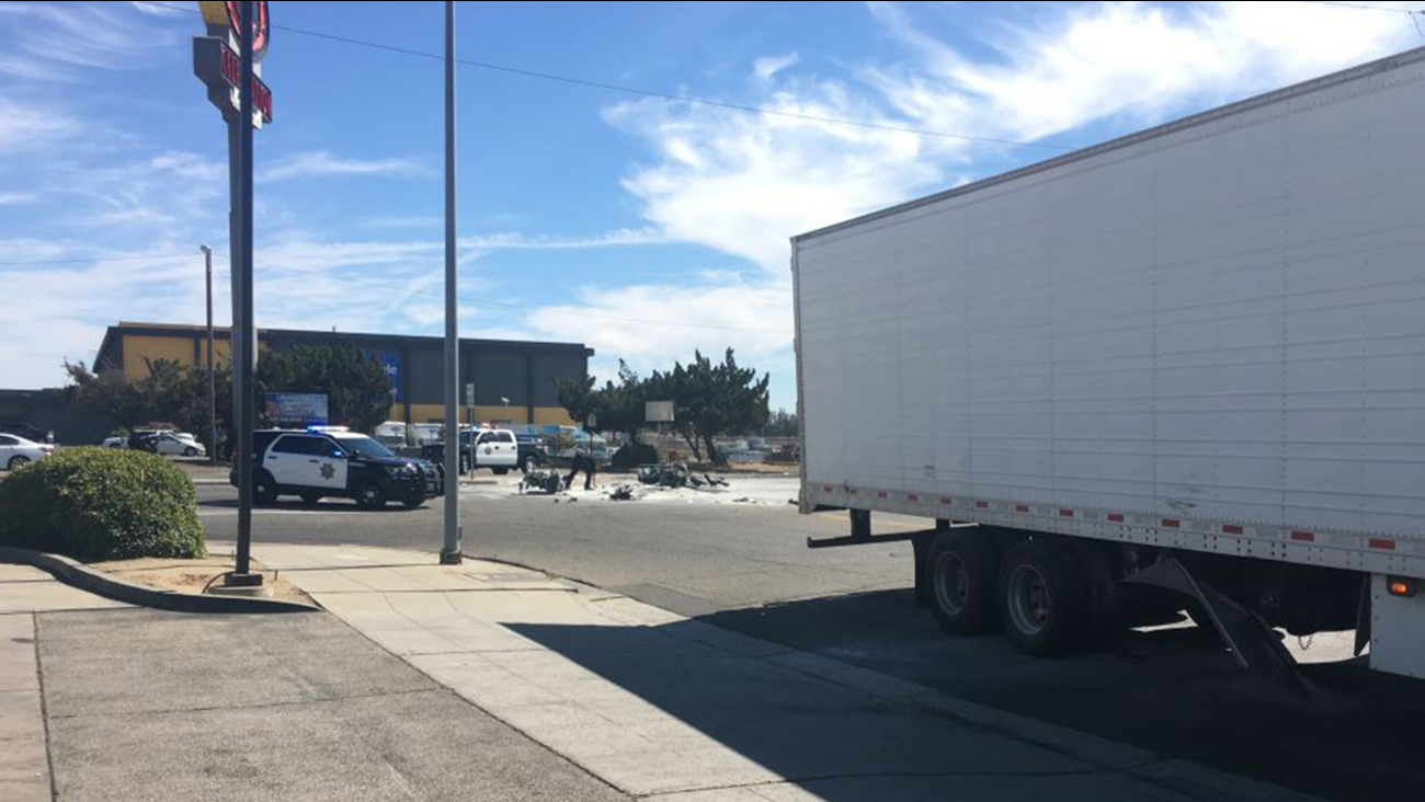 Motorcyclist killed after crashing into big rig in northwest