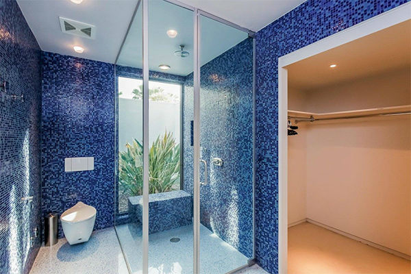 "<div class=""meta image-caption""><div class=""origin-logo origin-image none""><span>none</span></div><span class=""caption-text"">Blue bathroom (connected to bedroom with twin beds) (KABC Photo/ Facebook / Dinah Shore Palm Springs Estate)</span></div>"