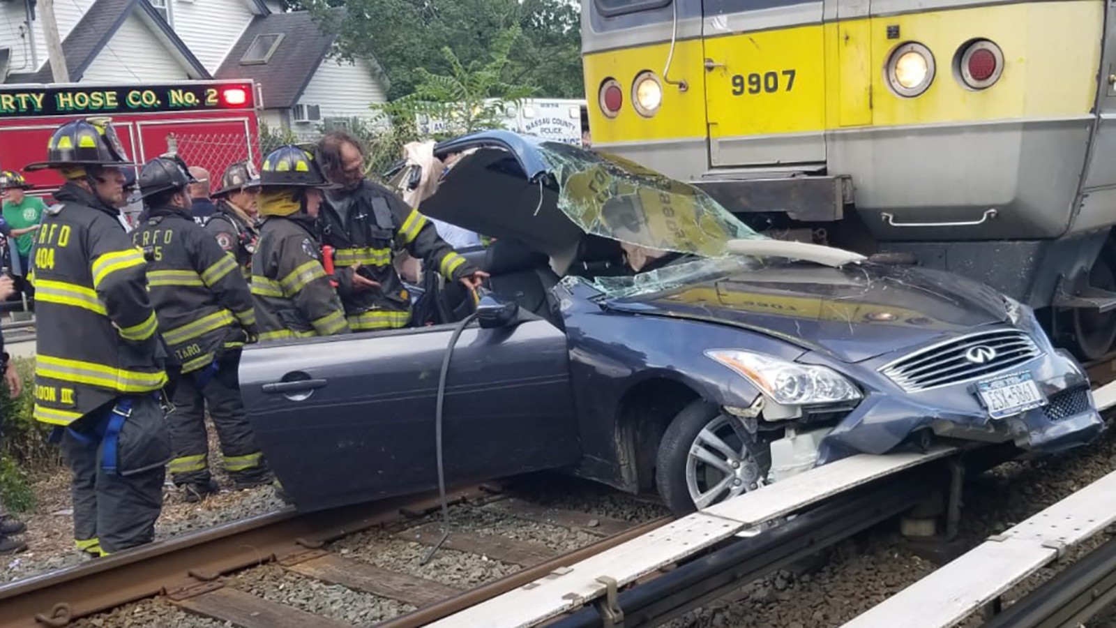 LIRR Long Beach branch service suspended after train hits car on tracks