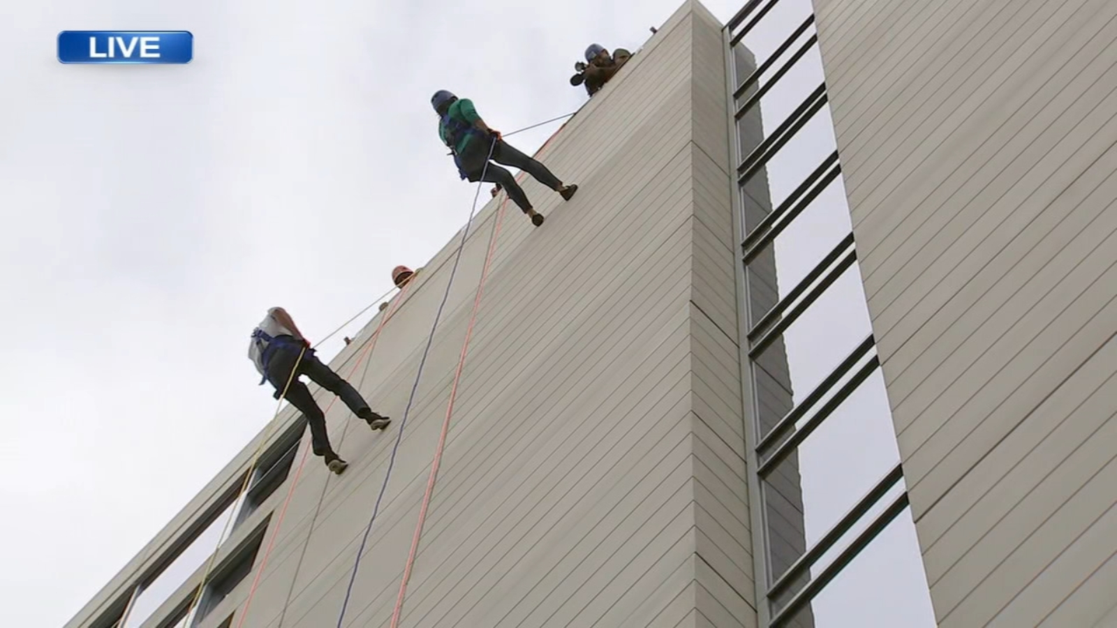Military family members rappel off Naperville building to benefit troops, veterans