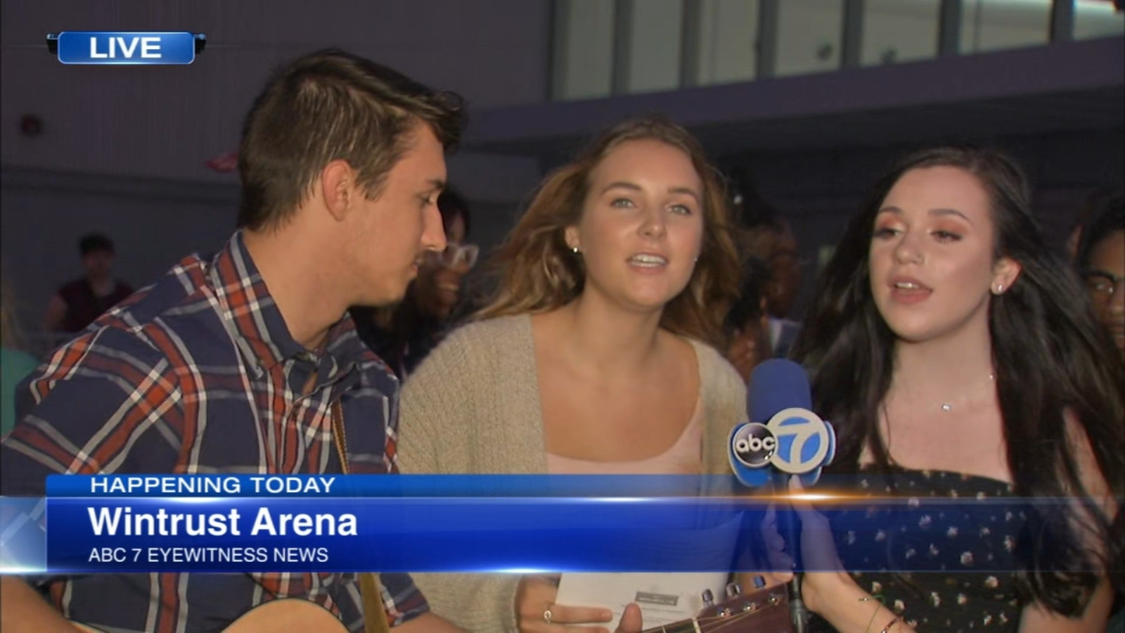 Hundreds audition for American Idol 'golden ticket' at Wintrust Arena