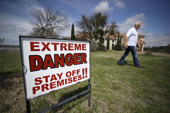 """<div class=""""meta image-caption""""><div class=""""origin-logo origin-image none""""><span>none</span></div><span class=""""caption-text"""">Steve Mellgren walks in front of his house that is next to an opening fissure on a cliff at Lake Whitney March 17, 2015, in Whitney, Texas. (AP Photo/ LM Otero)</span></div>"""