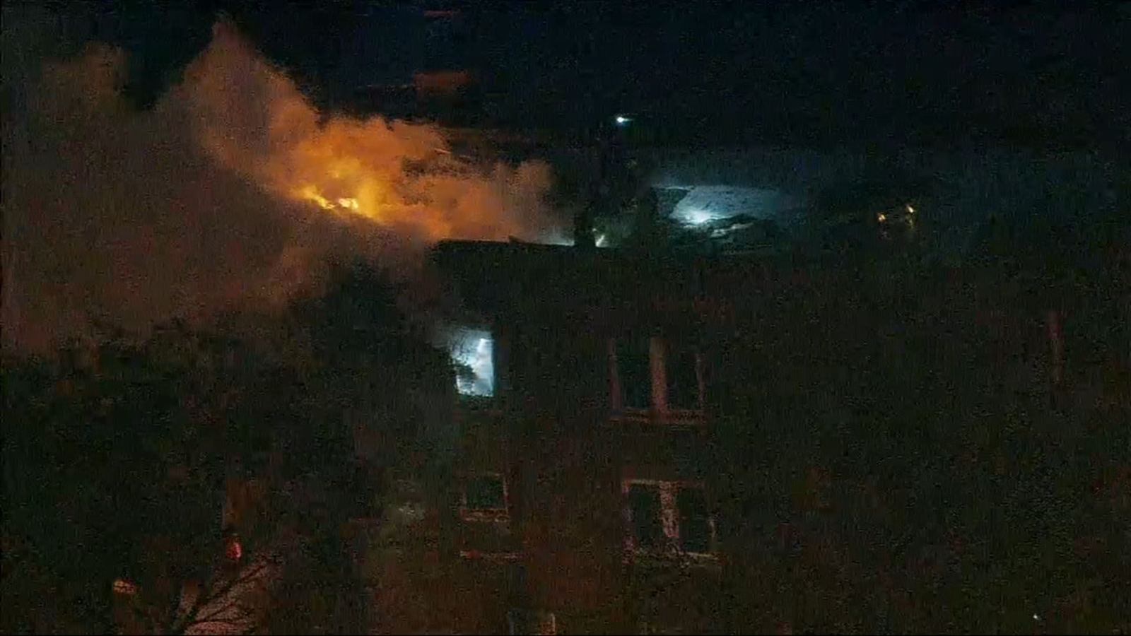 Firefighters battle blaze in North Austin apartment building - WLS-TV