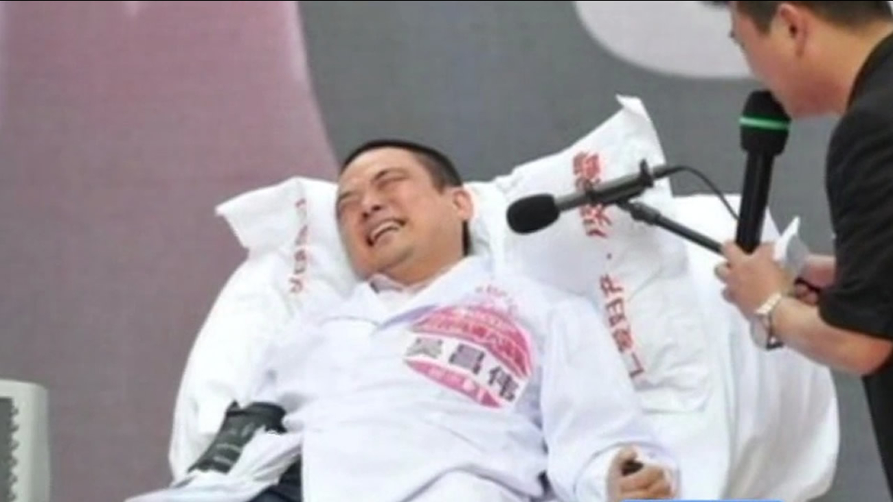 To show just how much pain women can take, doctors in China wired men to a machine that simulates the pain of childbirth.