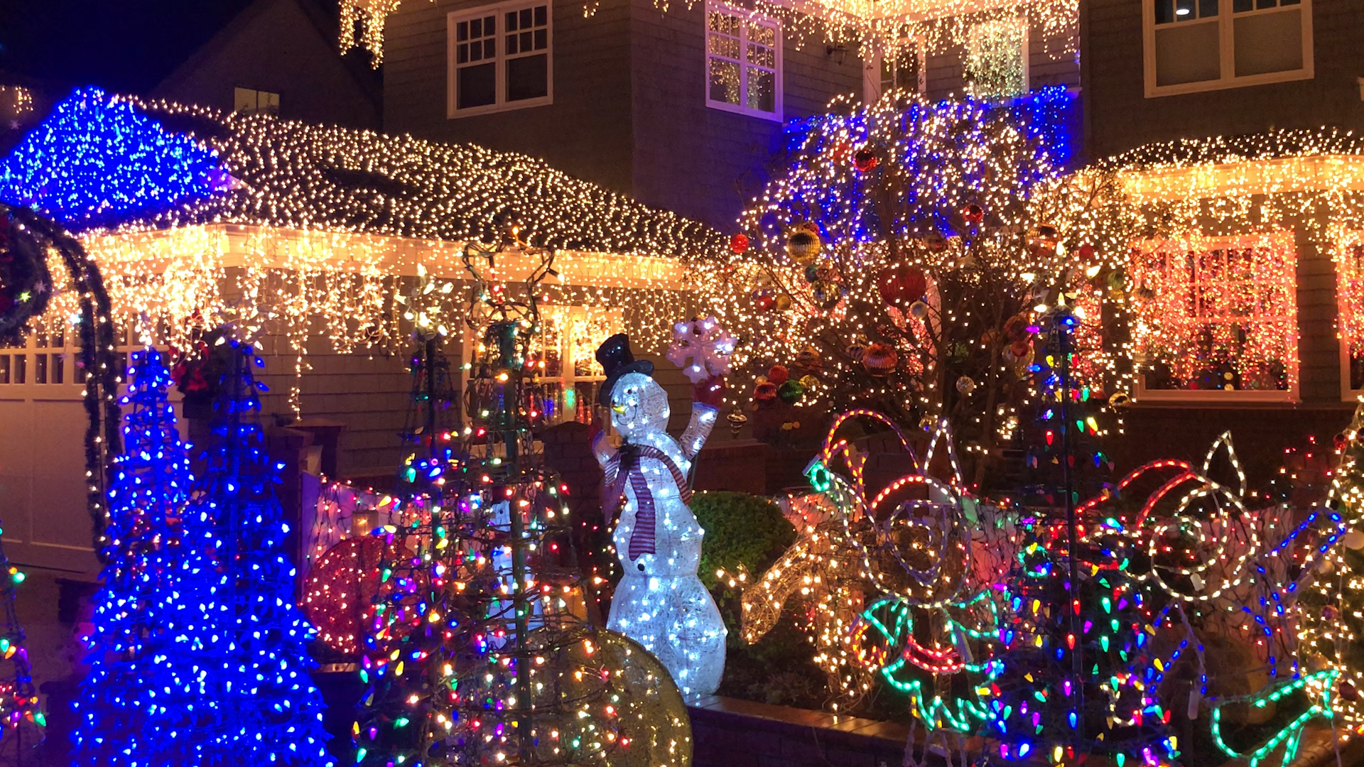 Neighbors On Eucalyptus Street Come Together To Decorate Their Entire Street With Stunning Christmas Lights Abc7 San Francisco