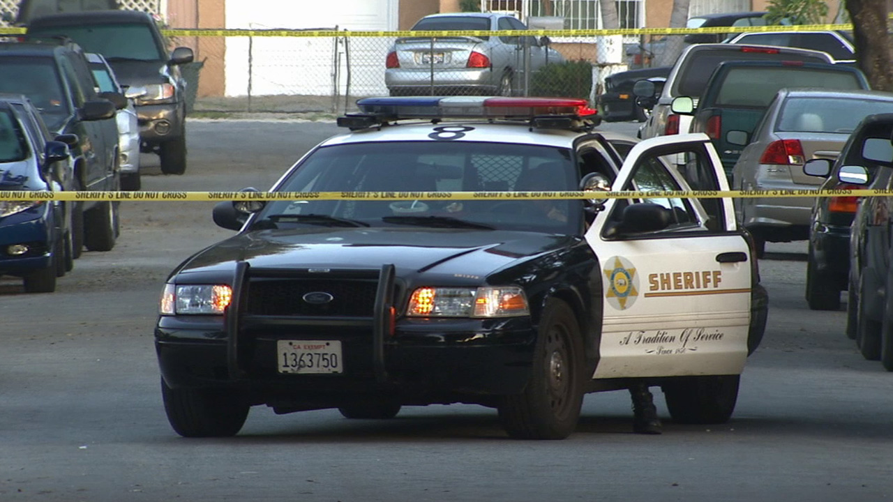 Los Angeles County sheriff's deputies investigate the fatal stabbing of a man in South El Monte on Sunday, March 29, 2015.