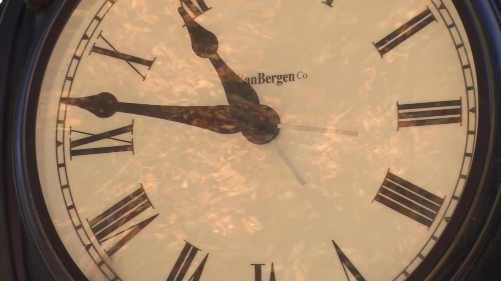 South Carolina lawmakers vote to stop rolling back clocks, stay on Daylight Saving Time 1