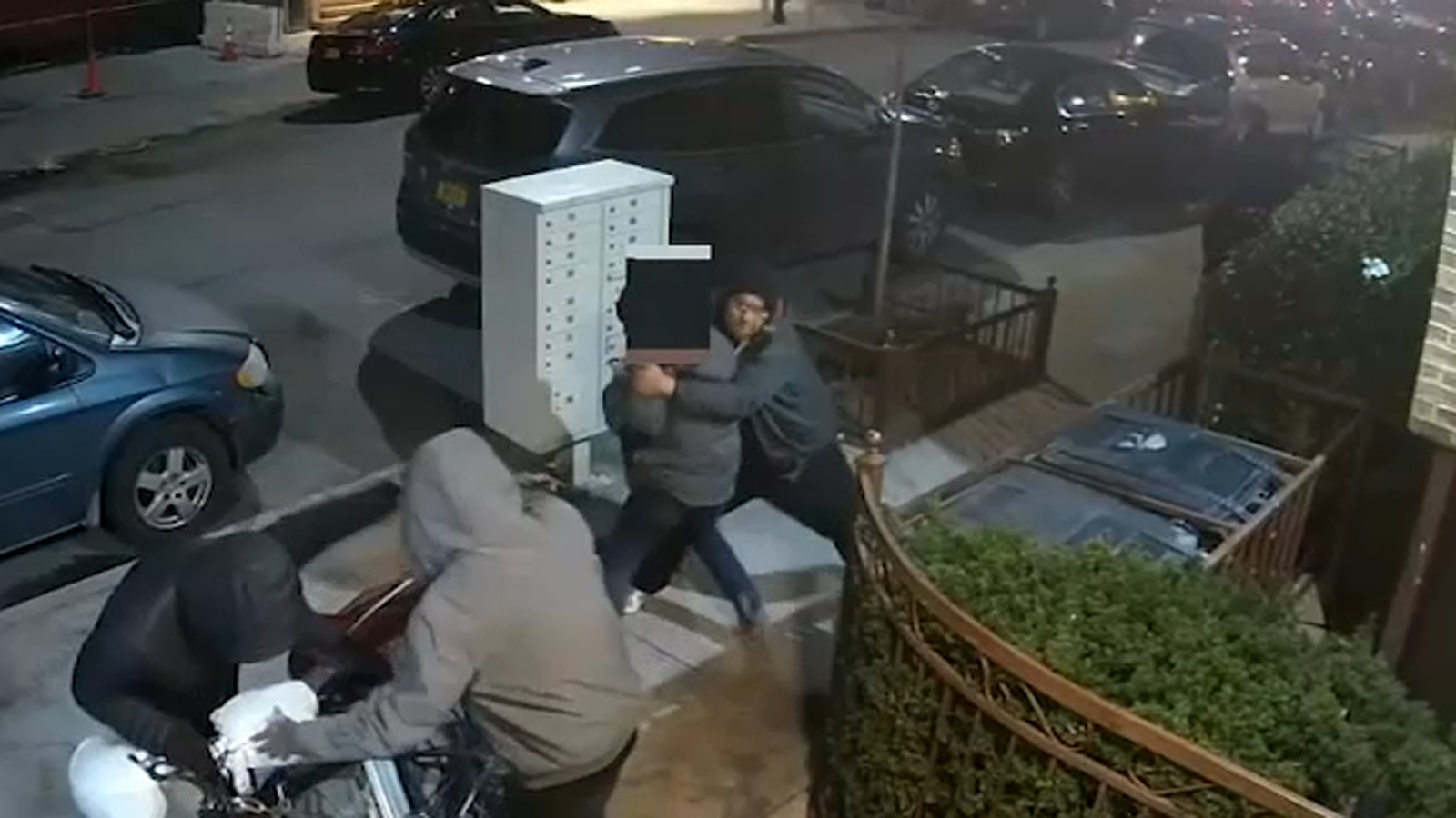 Video: Pizza deliveryman robbed, stabbed in both legs in Brooklyn