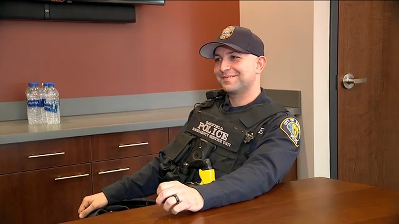 Be Kind New Jersey Police Officer Pays For Motel For Homeless Family Service Dog Abc7 New York