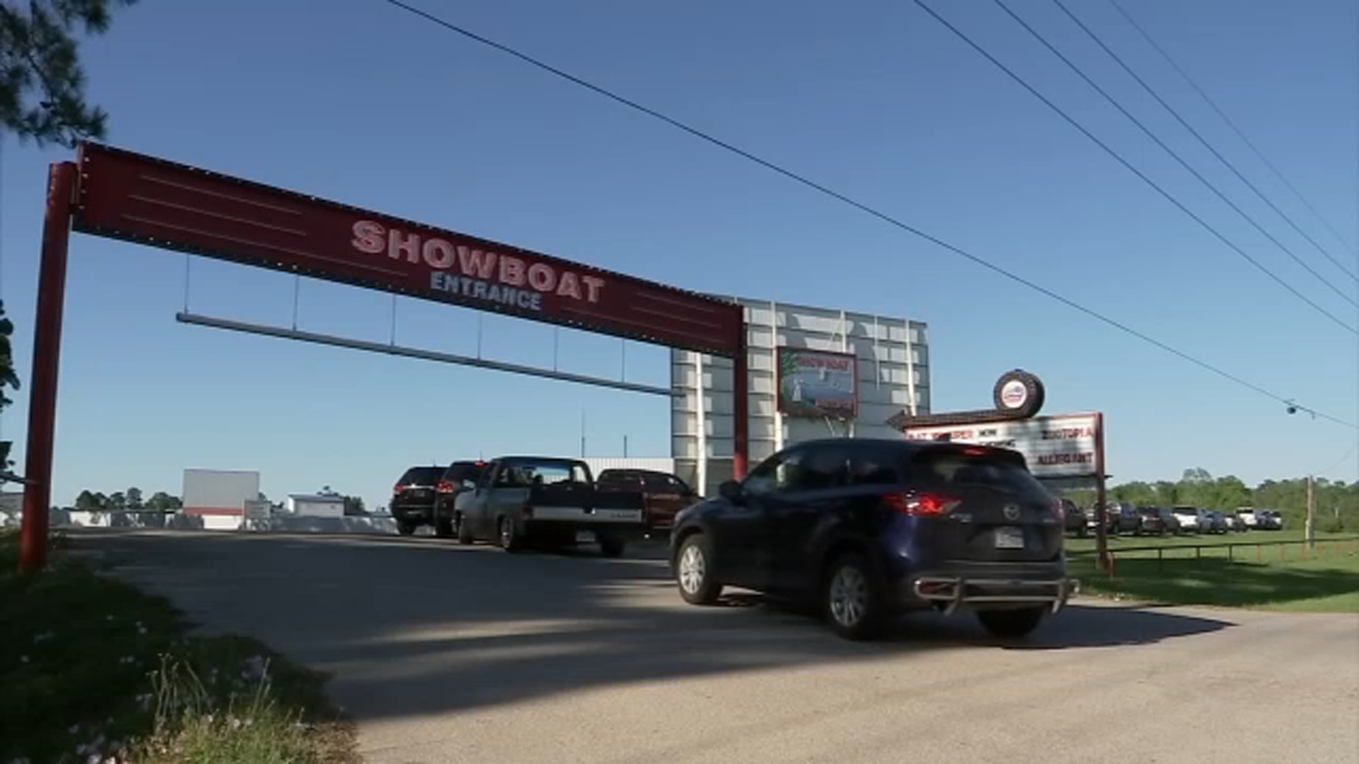 Business Is Booming For Showboat Drive In Theater In Hockley Amid Covid 19 Outbreak Abc13 Houston