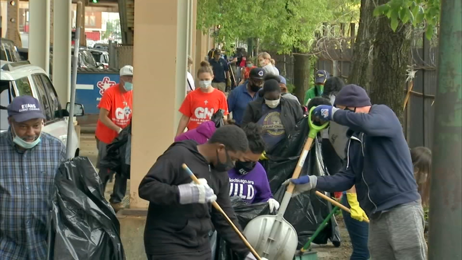 Volunteers team up to clean up Austin community