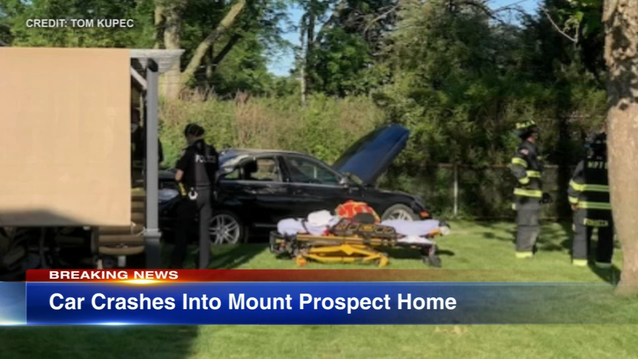 Car Crashes Into Mount Prospect Home Off Golf Road After Des Plaines Crash Police Say Abc7 Chicago