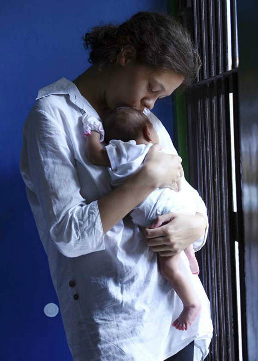 """<div class=""""meta image-caption""""><div class=""""origin-logo origin-image none""""><span>none</span></div><span class=""""caption-text"""">Heather Mack, from Chicago, Ill., holds her baby daughter inside a cell before her trial at Denpasar District Court in Bali, Indonesia, Tuesday, April 7, 2015. (AP Photo/ Firdia Lisnawati)</span></div>"""