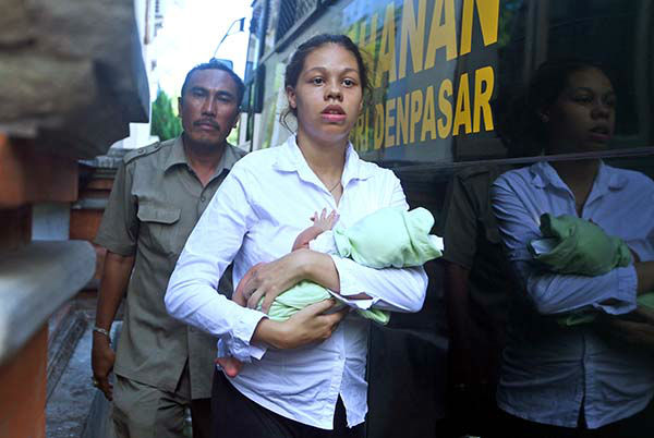 """<div class=""""meta image-caption""""><div class=""""origin-logo origin-image none""""><span>none</span></div><span class=""""caption-text"""">Heather Mack of Chicago, Ill., carries her baby daughter as she arrives at Denpasar's district court in Bali, Indonesia, Thursday, April 9, 2015. (AP Photo/ Firdia Lisnawati)</span></div>"""