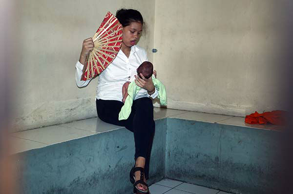 """<div class=""""meta image-caption""""><div class=""""origin-logo origin-image none""""><span>none</span></div><span class=""""caption-text"""">Heather Mack of Chicago, Ill., fans her baby daughter in a holding cell at Denpasar's district court in Bali, Indonesia, Thursday, April 9, 2015. (AP Photo/ Firdia Lisnawati)</span></div>"""