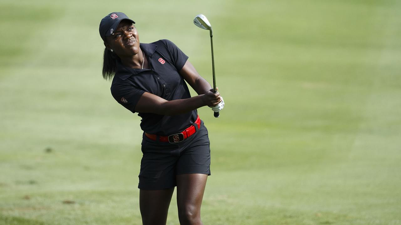 Mariah Stackhouse golfing