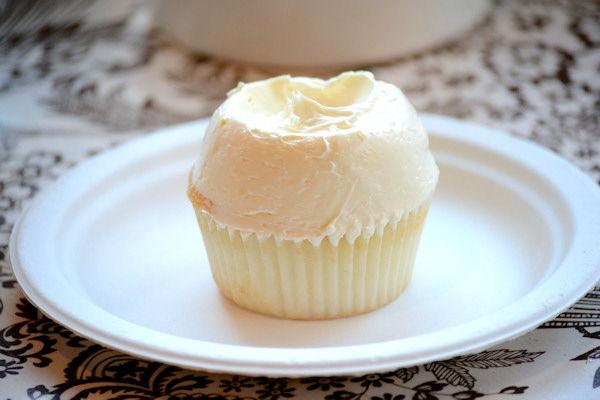 """<div class=""""meta image-caption""""><div class=""""origin-logo origin-image none""""><span>none</span></div><span class=""""caption-text"""">Magnolia's lemon cupcake (Sabrina Szteinbaum)</span></div>"""