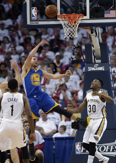 """<div class=""""meta image-caption""""><div class=""""origin-logo origin-image none""""><span>none</span></div><span class=""""caption-text"""">Warriors' Stephen Curry goes to the basket between Pelicans' guards Norris Cole and Tyreke Evans during Game 4 of the NBA Playoffs in New Orleans on April 25, 2015. (AP Photo)</span></div>"""