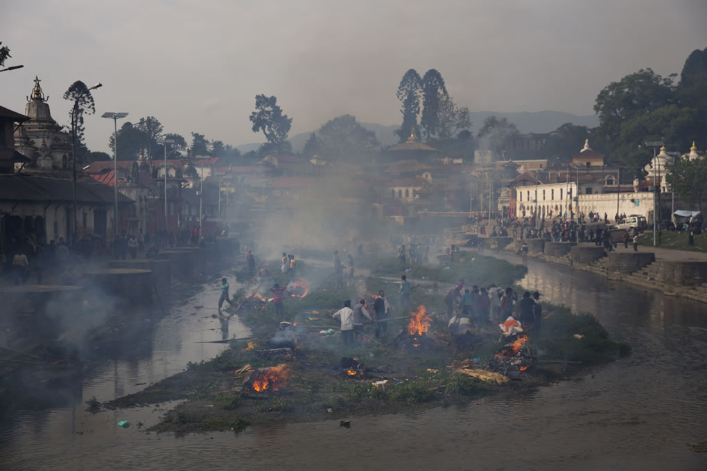 """<div class=""""meta image-caption""""><div class=""""origin-logo origin-image none""""><span>none</span></div><span class=""""caption-text"""">Flames rise from burning funeral pyres during the cremation of quake victims at the Pashupatinath temple on the banks of Bagmati river, in Kathmandu, Nepal, April 26, 2015. (AP Photo/Bernat Armangue)</span></div>"""