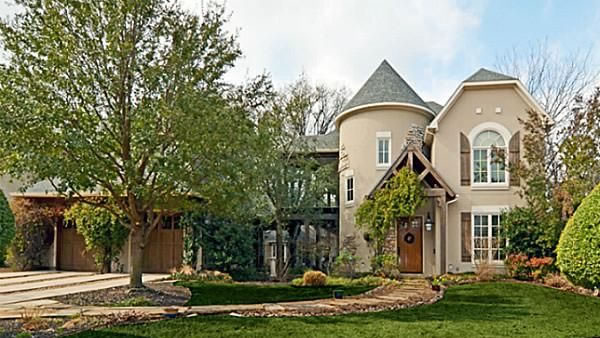 """<div class=""""meta image-caption""""><div class=""""origin-logo origin-image """"><span></span></div><span class=""""caption-text"""">This Dallas, Texas home has five bedrooms, six bathrooms and is listed as $999,000. (Linda Jordan Hobbs)</span></div>"""