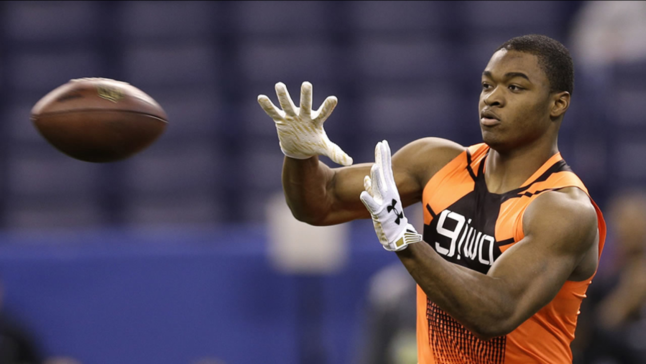 Alabama WR Amari Cooper catches a pass during a drill at the NFL football scouting combine