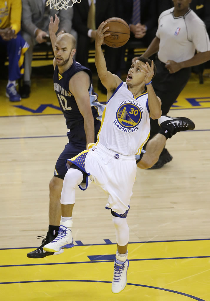 """<div class=""""meta image-caption""""><div class=""""origin-logo origin-image none""""><span>none</span></div><span class=""""caption-text"""">Golden State Warriors guard Steph Curry shoots against Memphis Grizzlies guard Nick Calathes during a second-round NBA playoff basketball series in Oakland, Calif., May 3, 2015. (AP Photo/Jeff Chiu)</span></div>"""