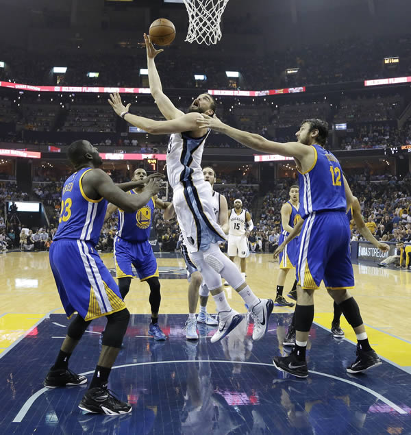 """<div class=""""meta image-caption""""><div class=""""origin-logo origin-image none""""><span>none</span></div><span class=""""caption-text"""">Grizzlies' Marc Gasol shoots between Warriors' Draymond Green in Game 3 of the NBA basketball Western Conference playoffs on May 9, 2015, in Memphis, Tenn. (AP Photo)</span></div>"""