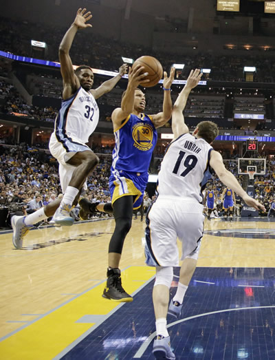 """<div class=""""meta image-caption""""><div class=""""origin-logo origin-image none""""><span>none</span></div><span class=""""caption-text"""">Golden State Warriors guard Stephen Curry, center, drives against Memphis Grizzlies forward Jeff Green (32)  in the second half of Game 4 of NBA basketball Western Conf. playoffs. (AP Photo/Mark Humphrey)</span></div>"""