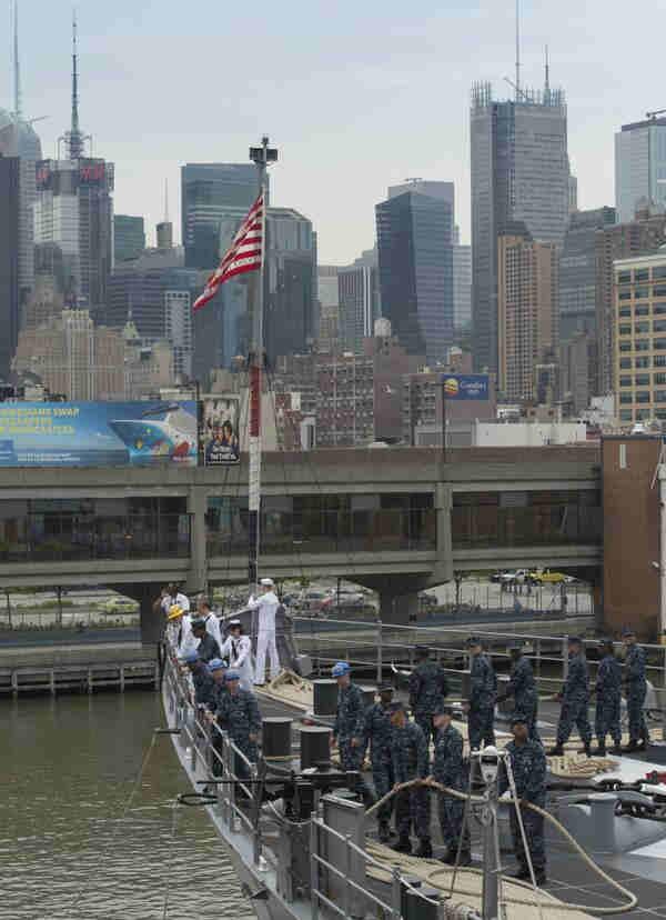 "<div class=""meta image-caption""><div class=""origin-logo origin-image ""><span></span></div><span class=""caption-text"">Sailors aboard the USS Oak Hill (LSD 51) extend mooring lines to Pier 92 during the parade of ships. (Fleet Week NY website)</span></div>"