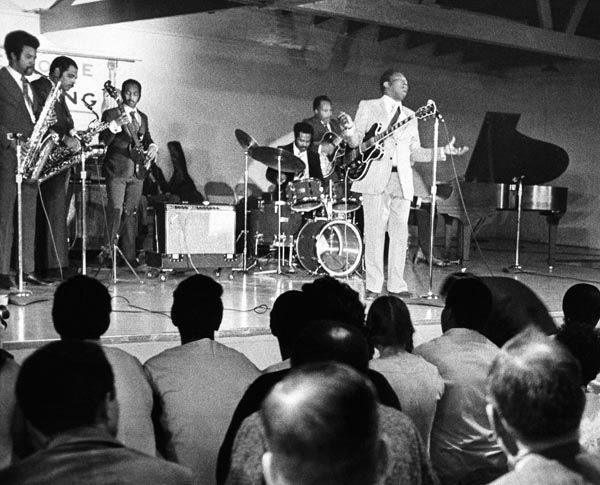 """<div class=""""meta image-caption""""><div class=""""origin-logo origin-image none""""><span>none</span></div><span class=""""caption-text"""">B.B. King (with guitar), black blues singer, performs for the inmates of Cook County (Chicago) Jail in Chicago, Wednesday, March 9, 1972. (AP Photo/ Charles Knoblock)</span></div>"""