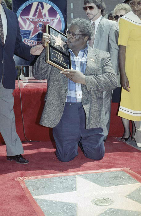 """<div class=""""meta image-caption""""><div class=""""origin-logo origin-image none""""><span>none</span></div><span class=""""caption-text"""">Blues musician B.B King plants a kiss on a plaque presented to him during a ceremony honoring King with a star on the Hollywood Walk of Fame (AP Photo/ NICK UT)</span></div>"""