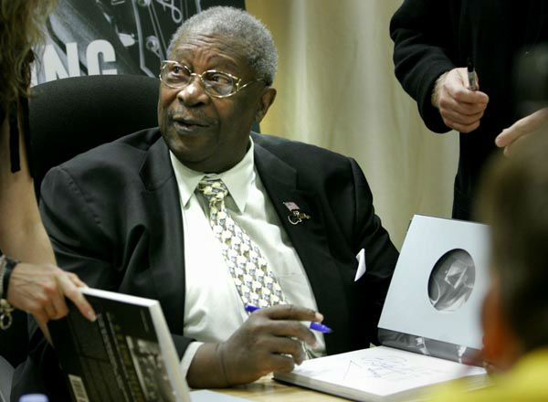 """<div class=""""meta image-caption""""><div class=""""origin-logo origin-image none""""><span>none</span></div><span class=""""caption-text"""">Legendary blues entertainer B.B. King  signs copies of his combined new book and CD collection ''The B.B. King Treasures,'' in New York, Tuesday, Nov. 29, 2005. (AP Photo/ BEBETO MATTHEWS)</span></div>"""