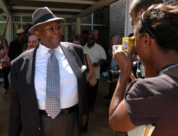 """<div class=""""meta image-caption""""><div class=""""origin-logo origin-image none""""><span>none</span></div><span class=""""caption-text"""">B.B. King greets a crowd of media and fans before answering questions during a media tour of the B.B. King Museum and Delta Interpretive Center Thursday, Sept. 11, 2008 (AP Photo/ MATTHEW S. GUNBY)</span></div>"""
