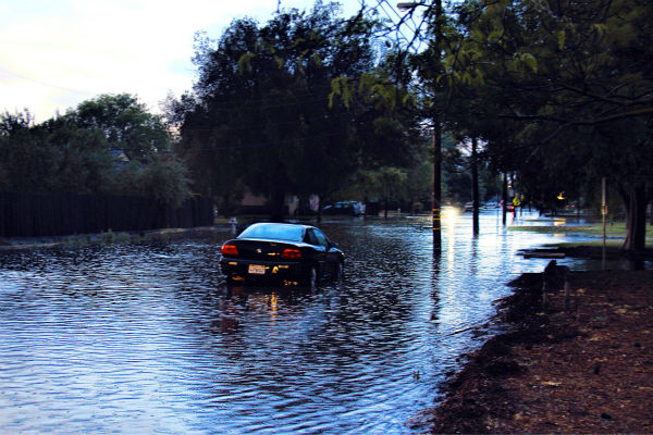 "<div class=""meta image-caption""><div class=""origin-logo origin-image none""><span>none</span></div><span class=""caption-text"">Large thunderstorm hits Fresno and the surrounding areas cause widespread flood on Thursday (KFSN Photo/ Picasa)</span></div>"