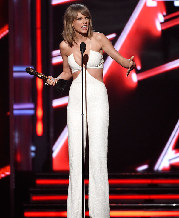 """<div class=""""meta image-caption""""><div class=""""origin-logo origin-image ap""""><span>AP</span></div><span class=""""caption-text"""">Taylor Swift accepts the award for top billboard 200 album for """"1989"""" at the Billboard Music Awards at the MGM Grand Garden Arena on Sunday, May 17, 2015, in Las Vegas. (AP)</span></div>"""