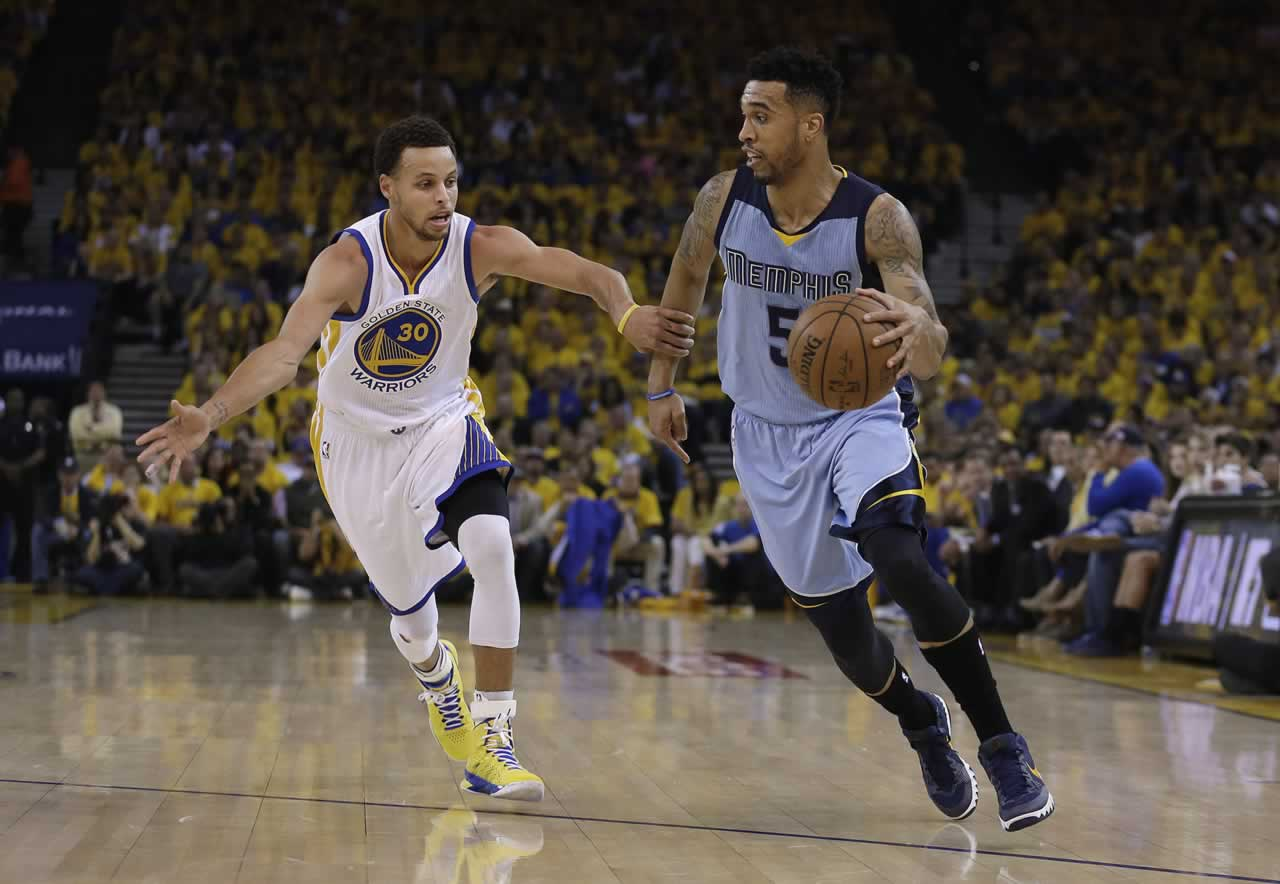 """<div class=""""meta image-caption""""><div class=""""origin-logo origin-image none""""><span>none</span></div><span class=""""caption-text"""">Grizzlies guard Courtney Lee (5) dribbles against Golden State Warriors guard Stephen Curry (30) during the first half of Game 5 in Oakland, Calif., Wednesday, May 13, 2015. (AP Photo/Ben Margot)</span></div>"""