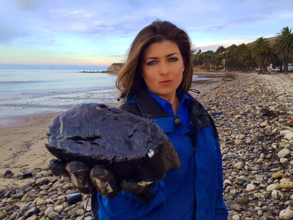 "<div class=""meta image-caption""><div class=""origin-logo origin-image kabc""><span>KABC</span></div><span class=""caption-text"">ABC7 reporter Christina Salvo holds up a rock covered in crude oil at Refugio State Beach on Wednesday, May 20, 2015. (Edgar Alcala)</span></div>"