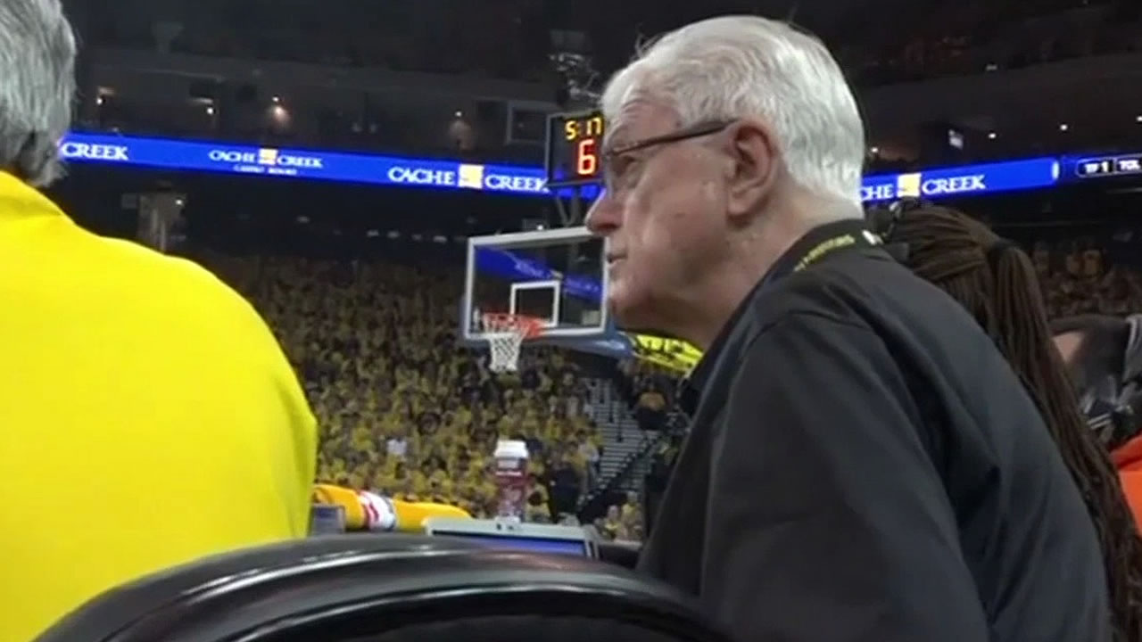 Fred Kast keeps score at a Warriors game in 2015
