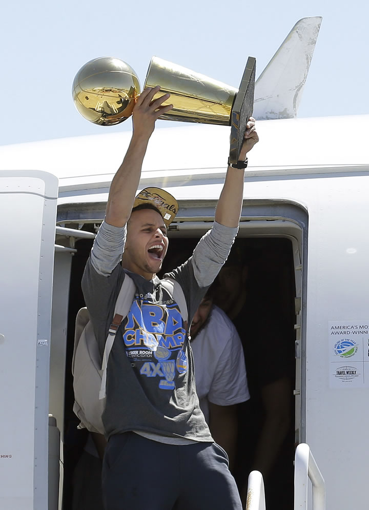 """<div class=""""meta image-caption""""><div class=""""origin-logo origin-image none""""><span>none</span></div><span class=""""caption-text"""">Golden State Warriors guard Stephen Curry yells as he lifts the Larry O'Brien championship trophy after the team landed in Oakland, Calif., June 17, 2015. (AP Photo/Jeff Chiu)</span></div>"""