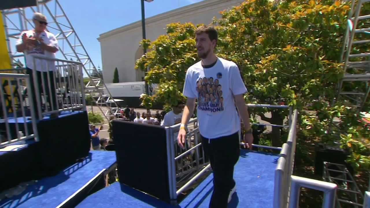"<div class=""meta image-caption""><div class=""origin-logo origin-image none""><span>none</span></div><span class=""caption-text"">Warriors' David Lee steps onstage at the rally honoring the NBA champions at Oakland's Kaiser Convention Center on Friday, June 19, 2015. (KGO-TV)</span></div>"