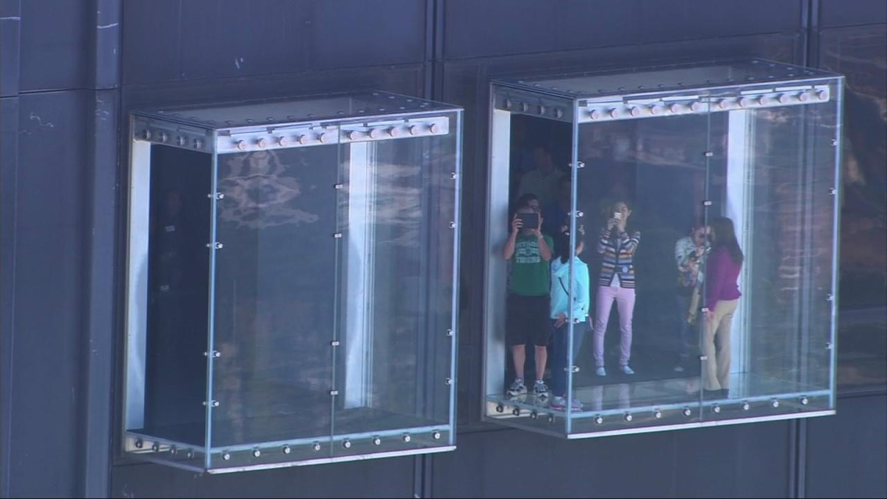 Willis Tower Skydeck Ledge Cracks Glass Structure Still